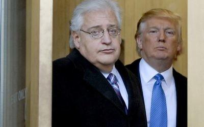 Donald Trump et l'avocat David Friedman sortent de l'immeuble fédéral à laz suite d'une apparition devant le Tribunal des Faillites, le jeudi 25 février 2010 à n Camden, New Jersey. (Crédit : Bradley C Bower/Bloomberg News, via Getty Images / JTA)