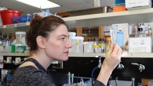 Joanna Slusky a créé une protéine qui paraît être l'une des réponses les plus prometteuses à apporter à la menace représentée par les bactéries résistantes aux antibiotiques. (Crédit : Ryan Feehan/via JTA)