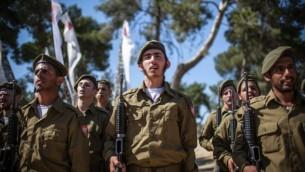 Des soldats ultra-orthodoxes en train d'être assermentés dans une unité religieuse de Tsahal. (Crédit : Noam Moskowitz/Flash90)