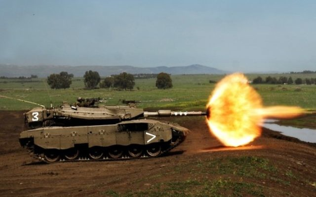 Un tank Merkava de Tsahal ouvre le feu durant des exercices sur le Plateau du Golan en 2008. (Crédit : Neil Cohen/IDF Spokesperson's Unit via Wikimedia Commons)