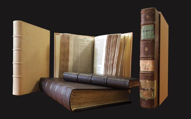 Des livres restaurés de la Bibliothèque de la Grande Synagogue de Florence exposés. (Crédit : Fondation du Patrimoine Culturel Juif italien)