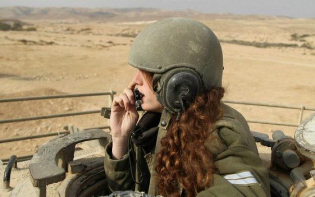 Une instructrice des forces israéliennes intervenant dans les tanks durant un exercice le 12 janvier 2013 (Crédit : pl. Zev Marmorstein/IService de communication de Tsahal)
