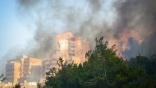 La fumée s'élève au dessus de la ville de Haïfa, dans le nord d'Israël, où un incendie majeur s'est déclaré le 24 novembre 2016. (Crédit : Meir Vaknin/Flash90)