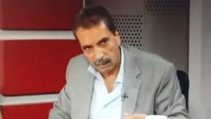 Tawfik Tirawi, membre du Comité central du Fatah, pendant un entretien où il a comparé le Hamas à l'Etat islamique. (Crédit : capture d'écran YouTube/Gal Berger)