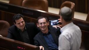 Le membre du Parlement de la Liste Unie Dov Khenin et son leader Ayman Odeh posent pour une photo durant un vote du projet de Loi de Régulation le 7 décembre 2016. (Crédit : Yonatan Sindel/Flash90)