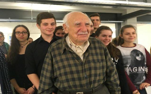 Marcel Tuchman, 95 ans, a rencontré à Berlin des lycéens allemands, polonais et autrichiens qui étudient l'histoire du travail forcé à l'époque nazie, en décembre 2016. (Crédit : JTA)