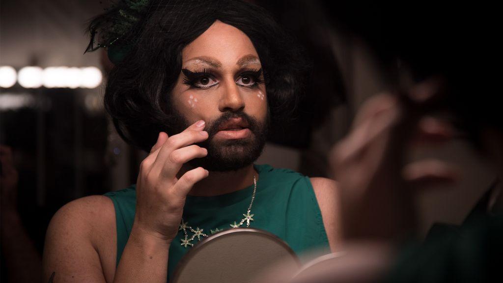 Le drag queen israélien  Noir Styrofoam se prépare pour un spectacle à Jérusalem (Crédit : Luke Tress/Times of Israel)