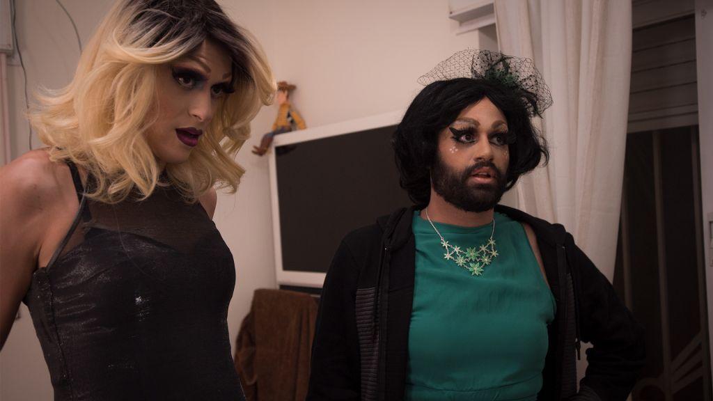 Les drag queens israéliens Yosale (à gauche) et Noir Styrofoam (à droite) se regardent une dernière dois dans le miroir avant de se rendre à un spectacle organisé au VidéoPub de Jérusalem (Crédit : Luke Tress/Times of Israel)