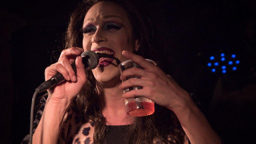 Le drag queen Yosale sur scène au Videopub de Jérusalem. (Crédit : Luke Tress/Times of Israel)