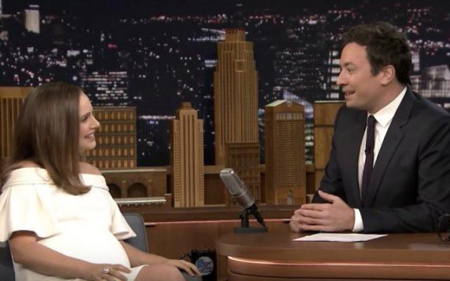 Natalie Portman, enceinte, sur le plateau de The Tonight's Show, aux côtés du présentateur Jimmy Fallon, le 29 novembre 2016. (Crédit : capture d'écran YouTube)