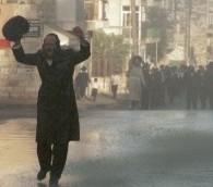 Illustration : un homme ultra-orthodoxe crie dans les rues de Mea Shearim, alors que la police disperse les manifestants au moyen de canons à eau. Cette manifestation, en août 1996, demandait la fermeture d'axes de circulation pendant Shabbat. (Crédit : Nati Shohat Flash90)
