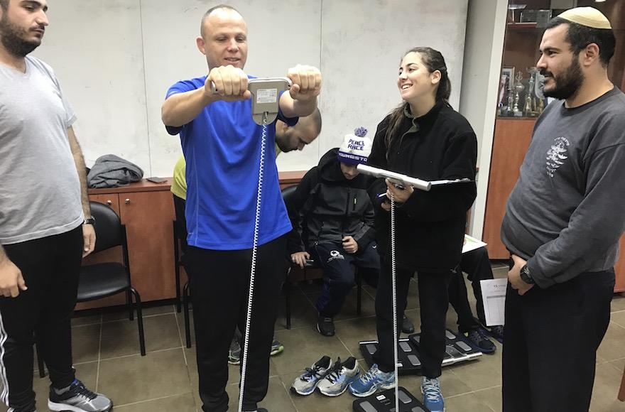 Pesée des participans au programme Changes of Shape, à Wingate, base d'entraînement de l'armée, à Netanya, le 13 décembre 2016. (Crédit : Andrew Tobin/JTA)