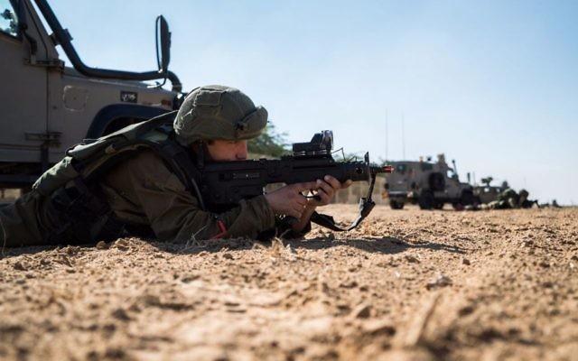 Exercice militaire à la frontière avec la bande de Gaza, le 6 décembre 2016. (Crédit : unité des porte-paroles de l'armée israélienne)