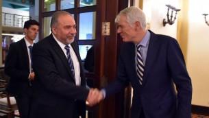 Le ministre de la Défense Avigdor Liberman, à gauche, et l'ambassadeur de l'Union européenne Lars Faaborg Anderson, le 7 décembre 2016. (Crédit :  Ariel Hermoni/ministère de la Défense)