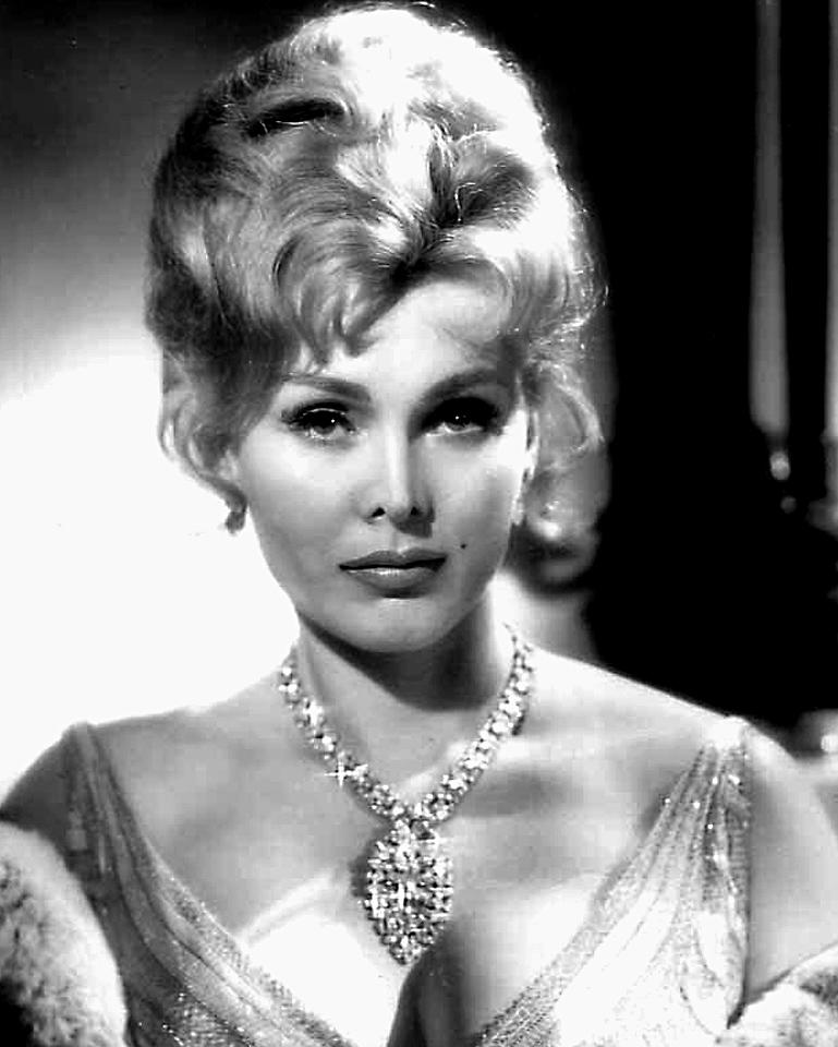 L'actrice Zsa Zsa Gabor en janvier 1959. (Crédit : Communiqué de presse de Rogers & Cowan talent agents/domaine public/Wikicommons)