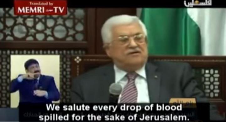 Le président de l'Autorité palestinienne Mahmoud Abbas félicitant les terroristes durant l'Intifada dite des couteaux, en octobre 2015. (Crédit : capture d'écran YouTube/MEMRI)