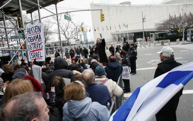 """Le rabbin américain orthodoxe Shmuley Boteach (au centre) s'adresse à la foule le 28 décembre 2016 pour les inviter à protester contre les États-Unis pour """"définancer l'ONU"""" suite au vote anti-implantation du 23 décembre. (Crédit : AFP Photo/Ketan Betancur)"""
