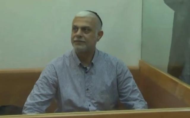 Amnon Cohen, ancien député du Shas, comparaît devant la cour des magistrats de Rishon Lezion, le 7 décembre 2016. (Crédit : capture d'écran Walla)