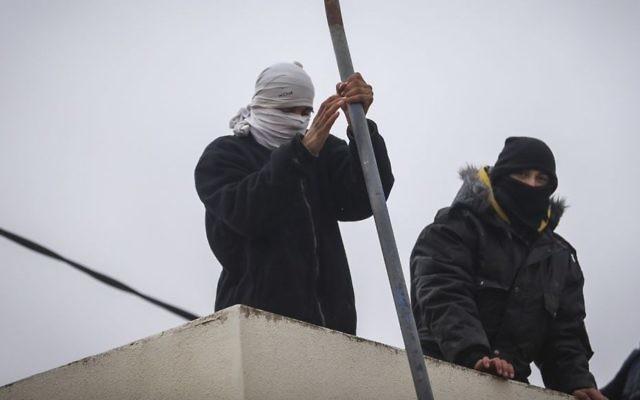 Des jeunes juifs résidents des implantations se préparent à résister à l'évacuation de l'avant-poste d'Amona, après avoir rejeté une offre de relogement du gouvernement. (Crédit : Yonathan Sindel/Flash90)