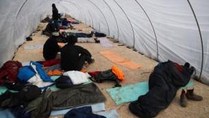 Des jeunes juifs résidents des implantations se préparent à résister à l'évacuation de l'avant-poste d'Amona, illégal car construit sur des terres palestiniennes privées, le 15 décembre 2016. (Crédit : Yonathan Sindel/Flash90)