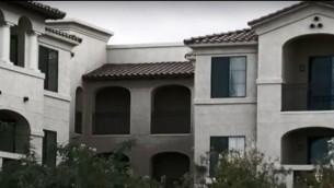 Le complexe d'appartements résidentiels à accès restreint à Tempe, en Arizona, dans lequel Oren Aharon Cohen est accusé de s'être introduit, le 15 décembre 2016 (Crédit Capture d'écran d'une vidéo YouTube publiée le 15 décembre 2016)