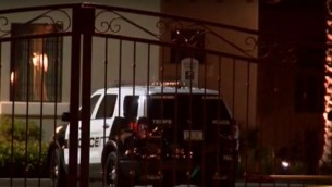 La police intervenant dans un appartement de l'Arizona dans lequel un père a trouvé un Israélien ivre tenant sa petite fille en plein milieu de la nuit, le 15 décembre 2016 (Crédit : Capture d'écran YouTube).