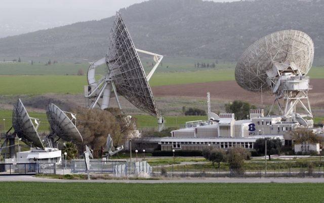Une station satellite Bezeq dans la vallée d'Ella (Crédit : Nati Shohat/Flash90)