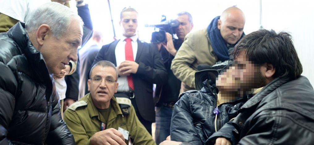 Le Premier ministre Benjamin Netanyahu en visite dans l'hôpital de campagne de l'armée israélienne qui soigne des Syriens blessés, sur le plateau du Golan, le 18 février 2014. (Crédit : Kobi Gideon/GPO/Flash90)