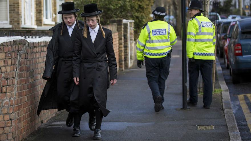 De jeunes juifs ultra-orthodoxes dans le quartier londonien de Stamford Hill, le 17 kanvier 2015. Illustration. (Crédit : Rob Stothard/Getty Images via JTA)
