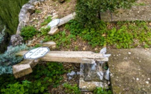 Un cimetière chrétien vandalisé en Israël. Illustration. (Crédit : capture d'écran YouTube)