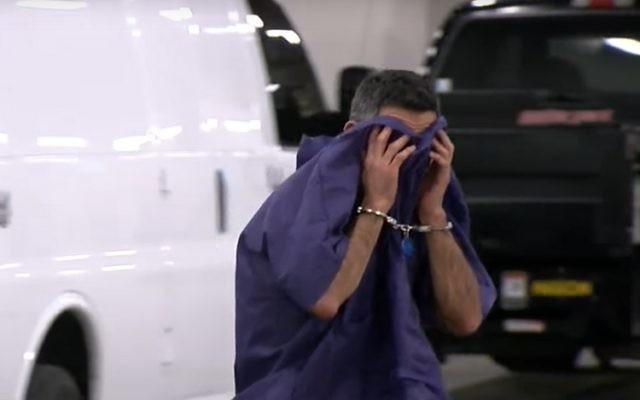 Le citoyen israélien Oren Cohen apparaît menotté dans des images publiées le 16 décembre 2016, un jour après avoir été trouvé dans un état d'ivresse avec une petite fille dans ses bras dans un appartement de l'Arizona dans un complexe résidentiel où il visitait une amie (Crédit : Capture d'écran YouTube)