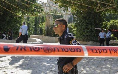 Des policiers dans un parc, à Jérusalem, le 24 juillet 2013. Illustration. (Crédit : Zuzana Janku/Flash90)