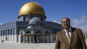 Le député arabe israélien Ahmad Tibi en visite à la mosquée Al-Aqsa, le 25 février 2014. (Crédit : Sliman Khader/Flash90)