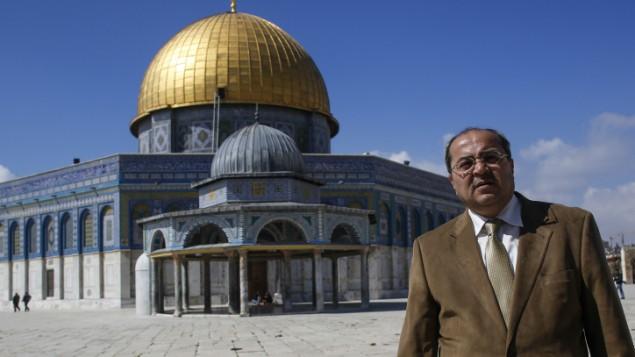Le membre de la Knesset arabe israélien Ahmad Tibi en visite à la MosquéeAl-Aqsa Mosque, le mardi 25 février 2014 (Crédit : Sliman Khader/Flash 90)