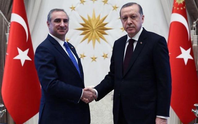 Eitan Naeh, nouvel ambassadeur d'Israël en Turquie et le président truc Recep Tayyip Erdogan, le 5 décembre 2016. (Crédit : présidence turque)