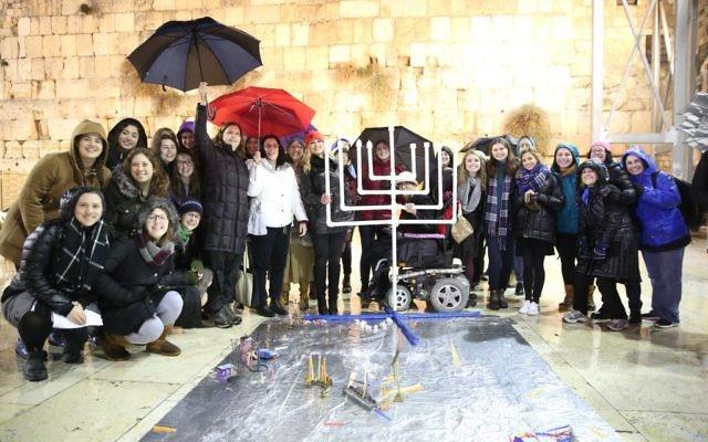 Les Femmes du Mur allument les bougies de hanoukka au mur Occidental, le 27 décembre 2016. (Crédit : Miri Tach/Women of the Wall)