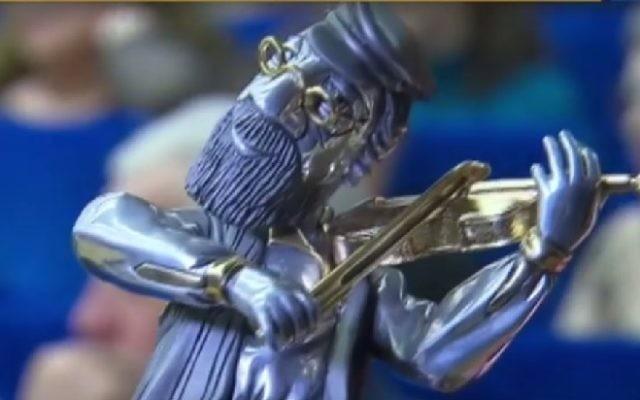 """La récompense """"Un violon sur le toit"""", remise tous les ans aux individus ayant contribué de manière exceptionnelle à la communauté juive russe. Illustration. (Crédit : capture d'écran)"""