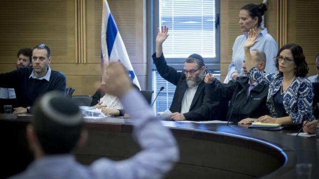 Moshe Gafni, président de la Commission des Finances et la députée Rachel Azaria votent le budget pour 2017-2018 à la Knesset le 19 décembre 2016. (Crédit : Yonatan Sindel/Flash90)