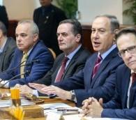 Le Premier ministre Benjamin Netanyahu orchestre la réunion hebdomadaire du cabinet au Bureau dub Premier ministre à Jérusalem le 18 décembre 2016. (Crédit: Marc Israel Sellem/POOL)