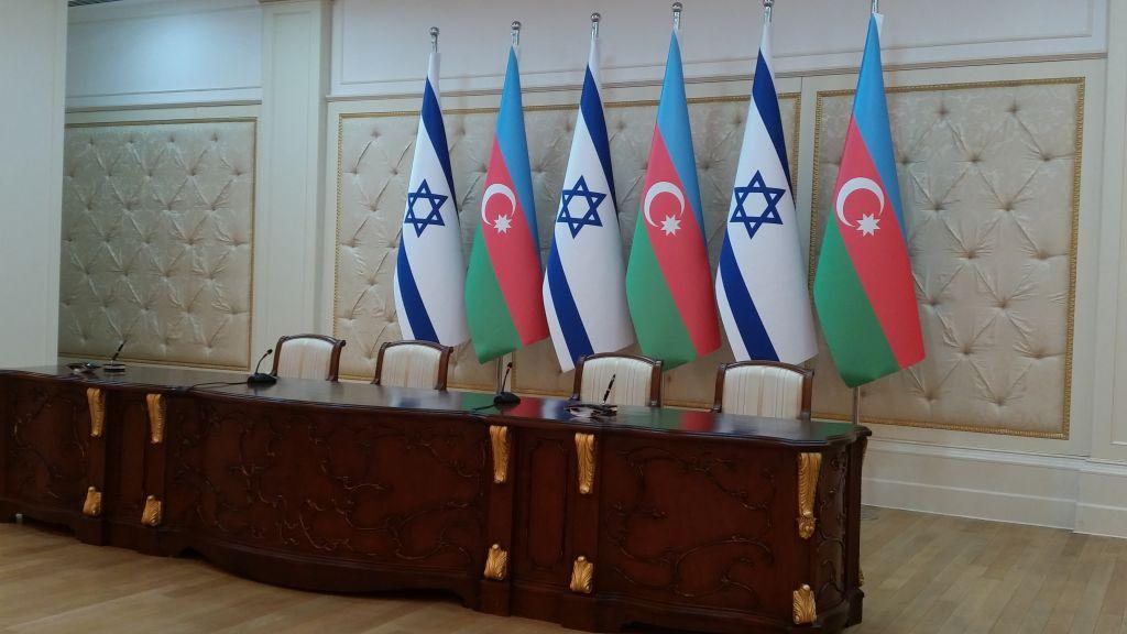 Les drapeaux d'Israël et de l'Azerbaïdjan au palais présidentiel de Baku, juste avant la rencontre en Netanyahu et le président azéri Ilham Aliyev, le 13 décembre 2016. (Crédit : Raphael Ahren/Times of Israel)