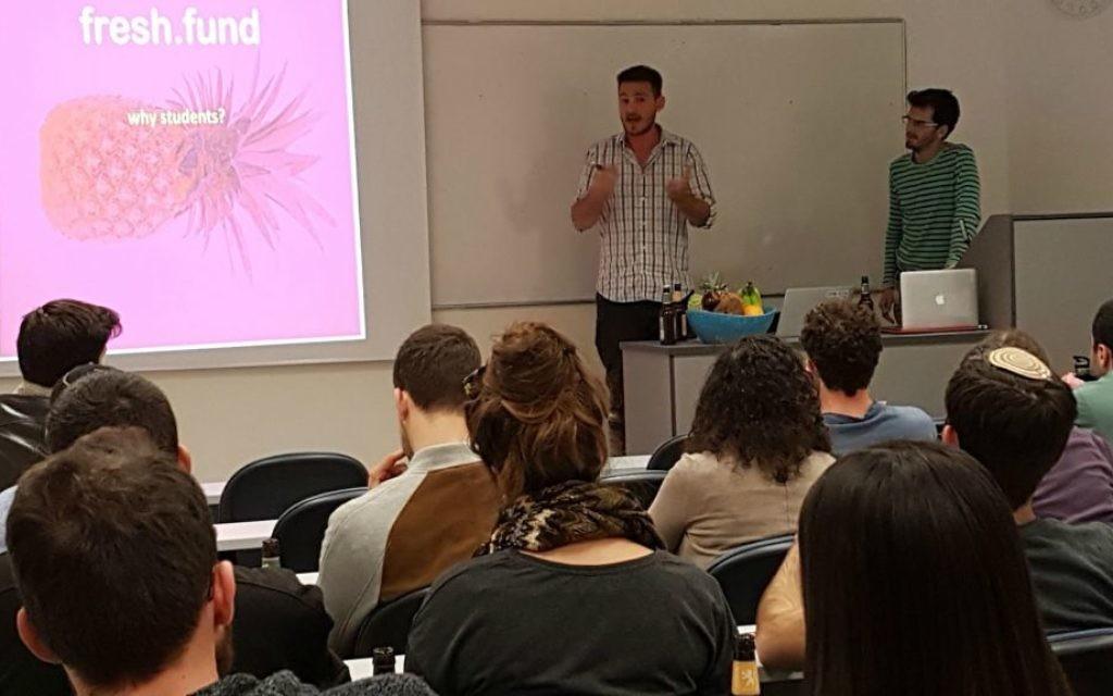 L'associé principal de Fresh.fund Zaki Djemal, à gauche et le chef de projet de l'initiative, Nitzan Adler, s'adressent à des étudiants. (Autorisation)