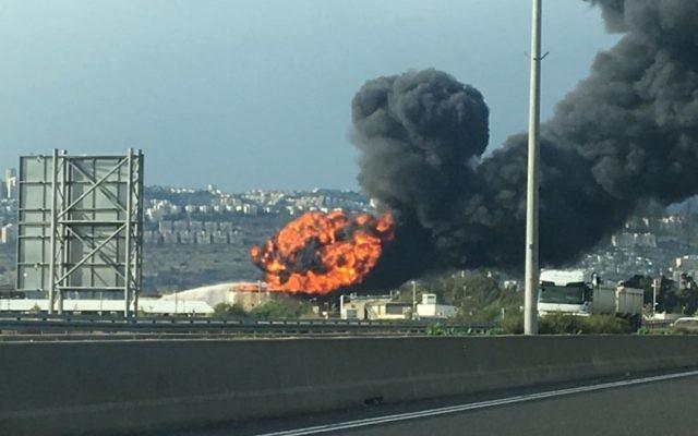 Un réservoir d'essence en flammes à la raffinerie de Haïfa, le 25 décembre 2016. (Crédit : police israélienne)