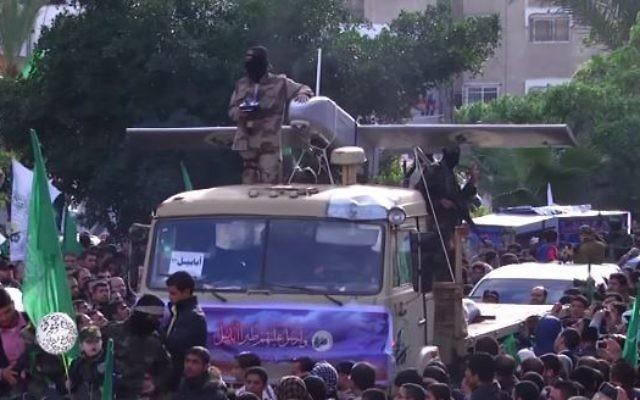Un drone du Hamas exposé pendant une parade marquant le 27e anniversaire du groupe terroriste, en 2014. (Crédit : capture d'écran YouTube/RuptlyTV)