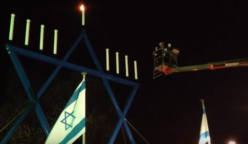 Le Grand Rabbin Binyomin Jacobs allume une menorah géante à Maastricht, aux Pays-Bas, en 2013 (Capture d'écran YouTube)