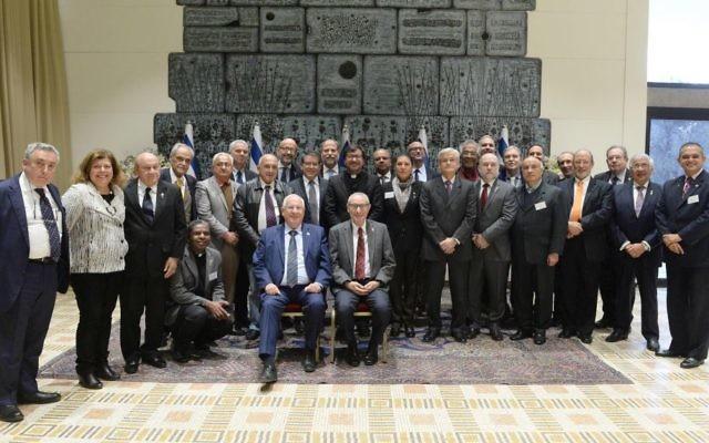 Le président Reuven Rivlin (assis à gauche) et le président de l'Université Hébraïque, le professeur Menahem Ben-Sasson (assis à droite) rencontrent des recteurs venus d'universités d'Amérique Latine, à Jérusalem, en décembre 2016. (Crédit : Mark Naiman/GPO et autorisation de l'université hébraïque)
