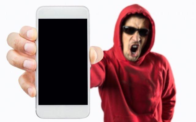 Image d'un pirate prenant le contrôle d'un smartphone (Crédit : Manuel-F-O / Getty Images)