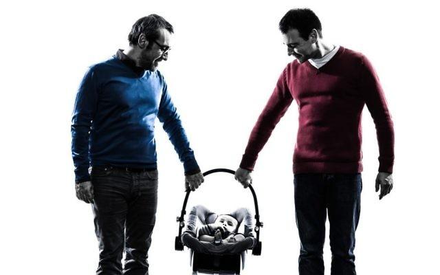 Un couple homosexuel avec un enfant. Illustration. (Crédit : OSTILL/Getty Images)
