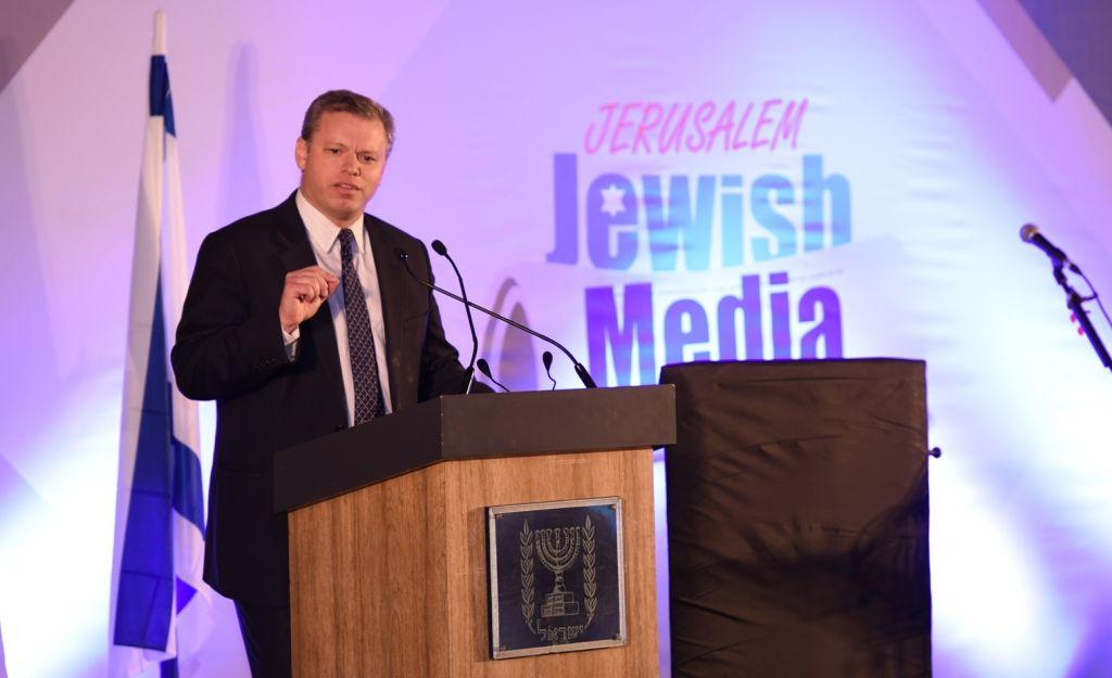 Eli Groner, directeur général du bureau du Premier ministre Benjamin Netanyahu, devant le Sommet des journalistes juifs, à Jérusalem, le 4 décembre 2016. (Crédit : Miriam Alster/Flash90)