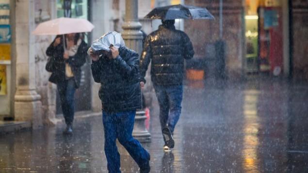 Jaffa Street, dans le centre-ville de Jérusalem le 1er décembre 2016, reçoit la première tempête de pluie de la saison. (Crédit : Yonatan Sindel/Flash90)