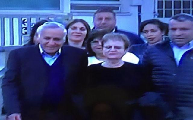 L'ancien président Moshe Katsav, accompagné de son épouse Gila, quitte la prison de Maasiyahu le 21 décembre 2016, après avoir purgé 5 ans d'une peine de 7 ans pour viol et autres infractions (Crédit : capture d'écran Deuxième chaîne)